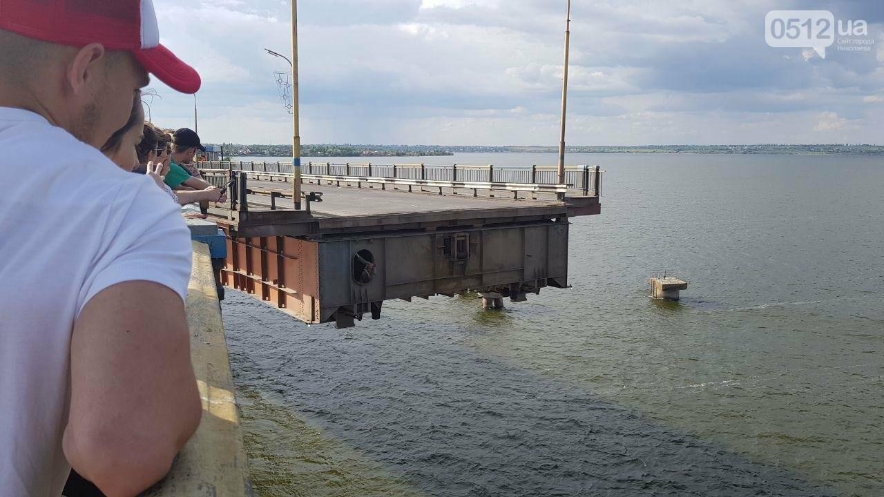 В Николаеве развели мосты для военного корабля, - ФОТО, ВИДЕО, фото-9
