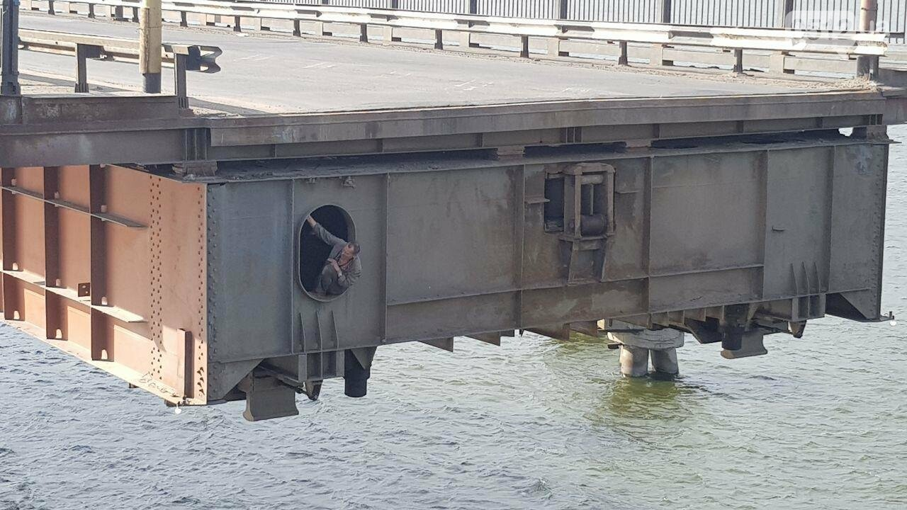 В Николаеве развели мосты для военного корабля, - ФОТО, ВИДЕО, фото-11