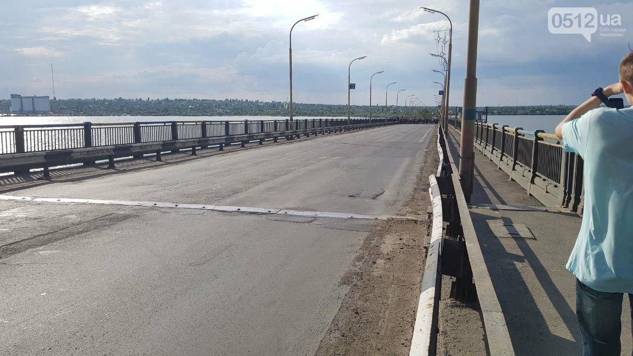 В Николаеве развели мосты для военного корабля, - ФОТО, ВИДЕО, фото-2