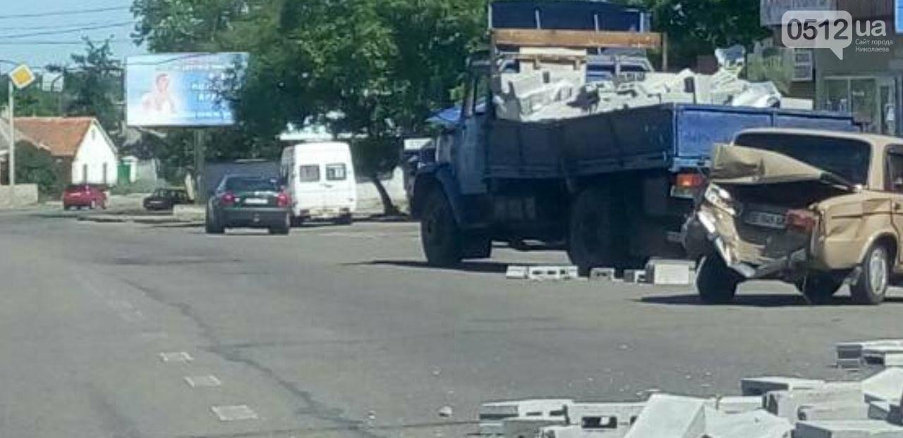 В Николаеве, после столкновения фуры и легковушки дорога усыпана камнями, - ФОТО, фото-2