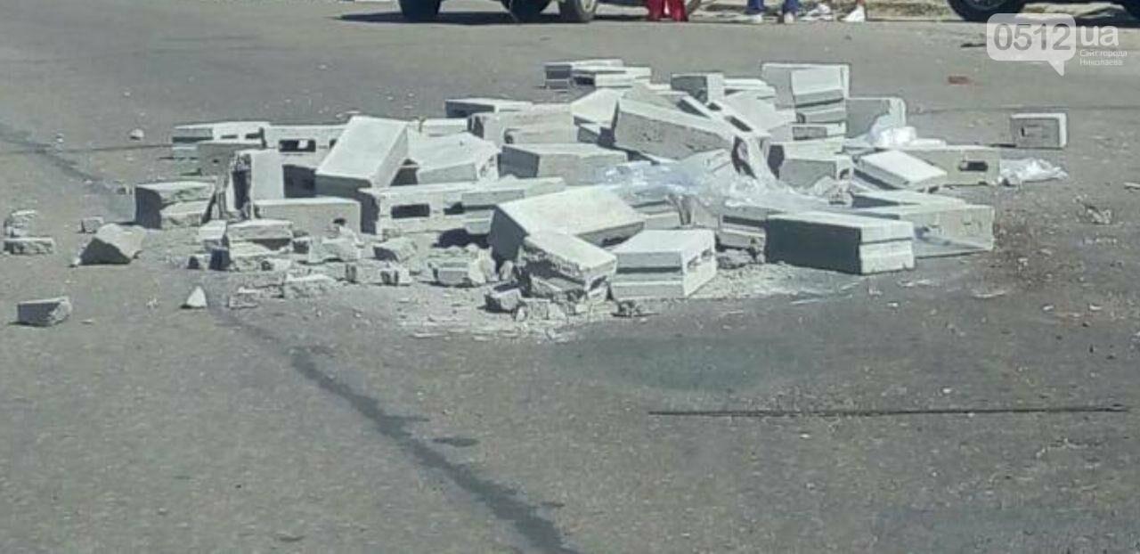 В Николаеве, после столкновения фуры и легковушки дорога усыпана камнями, - ФОТО, фото-1
