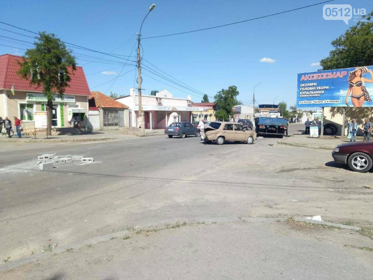 В Николаеве, после столкновения фуры и легковушки дорога усыпана камнями, - ФОТО, фото-3