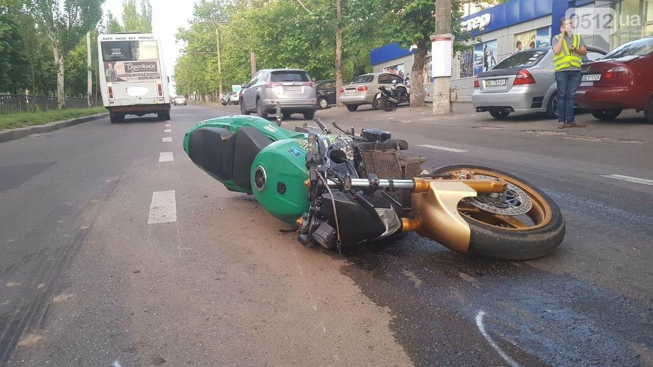 В центре Николаева столкнулись мотоцикл и маршрутка: пострадал мотоциклист, - ФОТО, ВИДЕО, фото-7