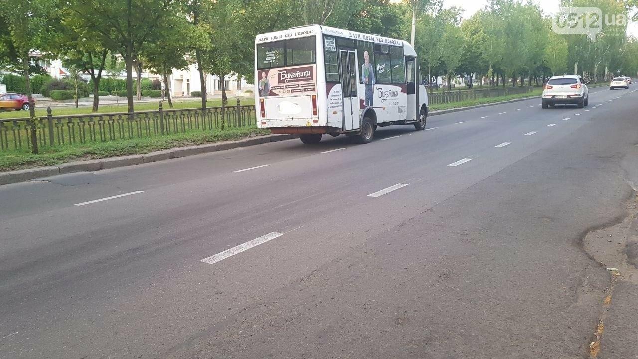 В центре Николаева столкнулись мотоцикл и маршрутка: пострадал мотоциклист, - ФОТО, ВИДЕО, фото-6