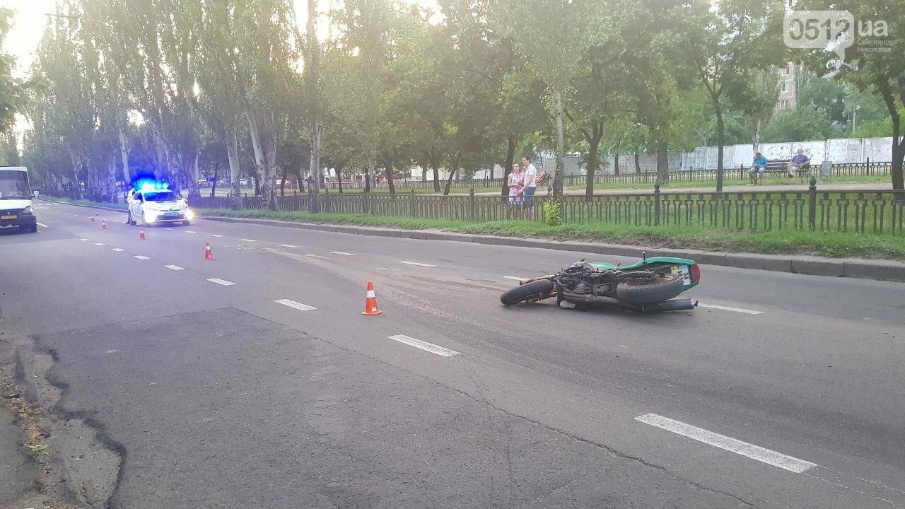 В центре Николаева столкнулись мотоцикл и маршрутка: пострадал мотоциклист, - ФОТО, ВИДЕО, фото-2