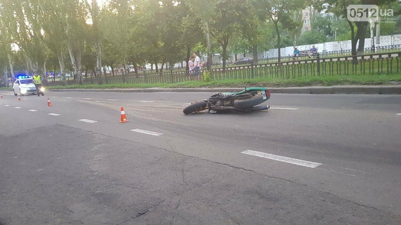 В центре Николаева столкнулись мотоцикл и маршрутка: пострадал мотоциклист, - ФОТО, ВИДЕО, фото-3