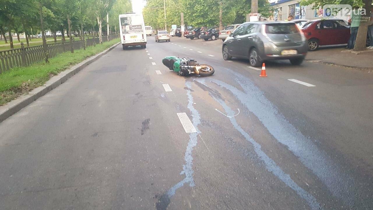 В центре Николаева столкнулись мотоцикл и маршрутка: пострадал мотоциклист, - ФОТО, ВИДЕО, фото-1
