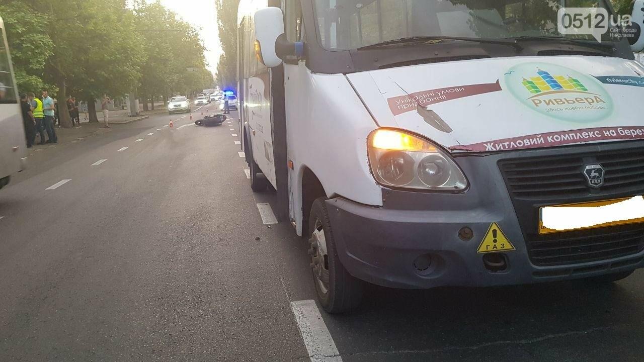 В центре Николаева столкнулись мотоцикл и маршрутка: пострадал мотоциклист, - ФОТО, ВИДЕО, фото-5