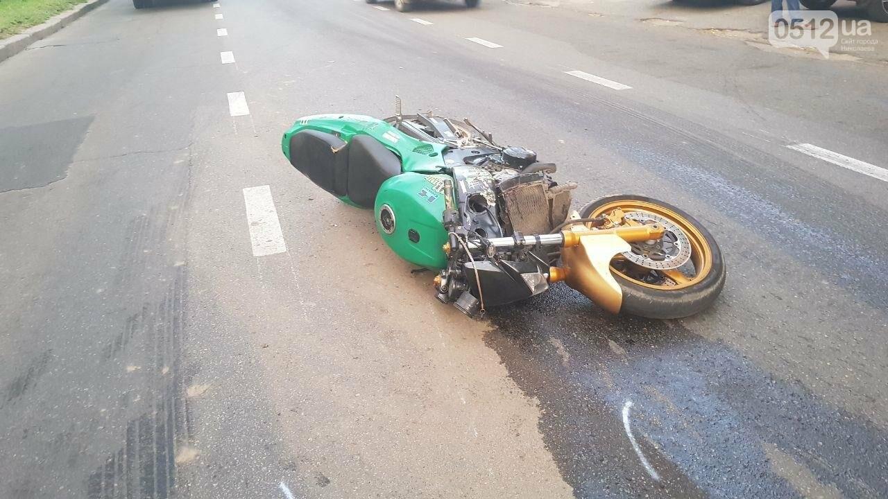 В центре Николаева столкнулись мотоцикл и маршрутка: пострадал мотоциклист, - ФОТО, ВИДЕО, фото-4
