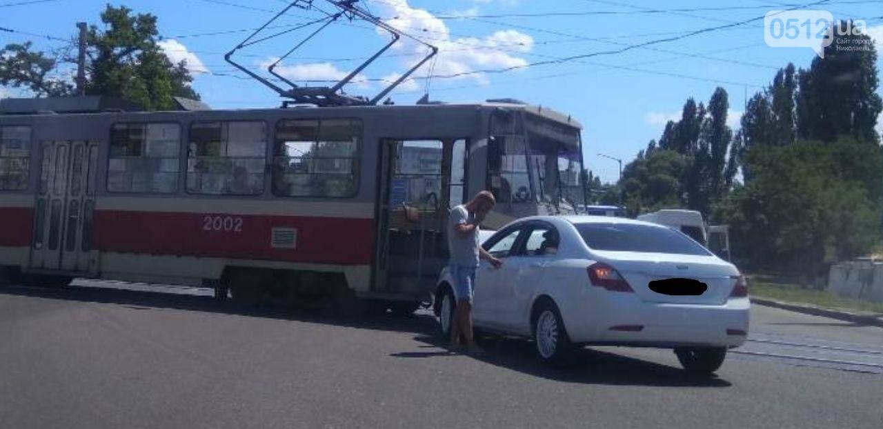 В Николаеве на Богоявленском проспекте столкнулить трамвай и легковой автомобиль, - ФОТО, фото-1