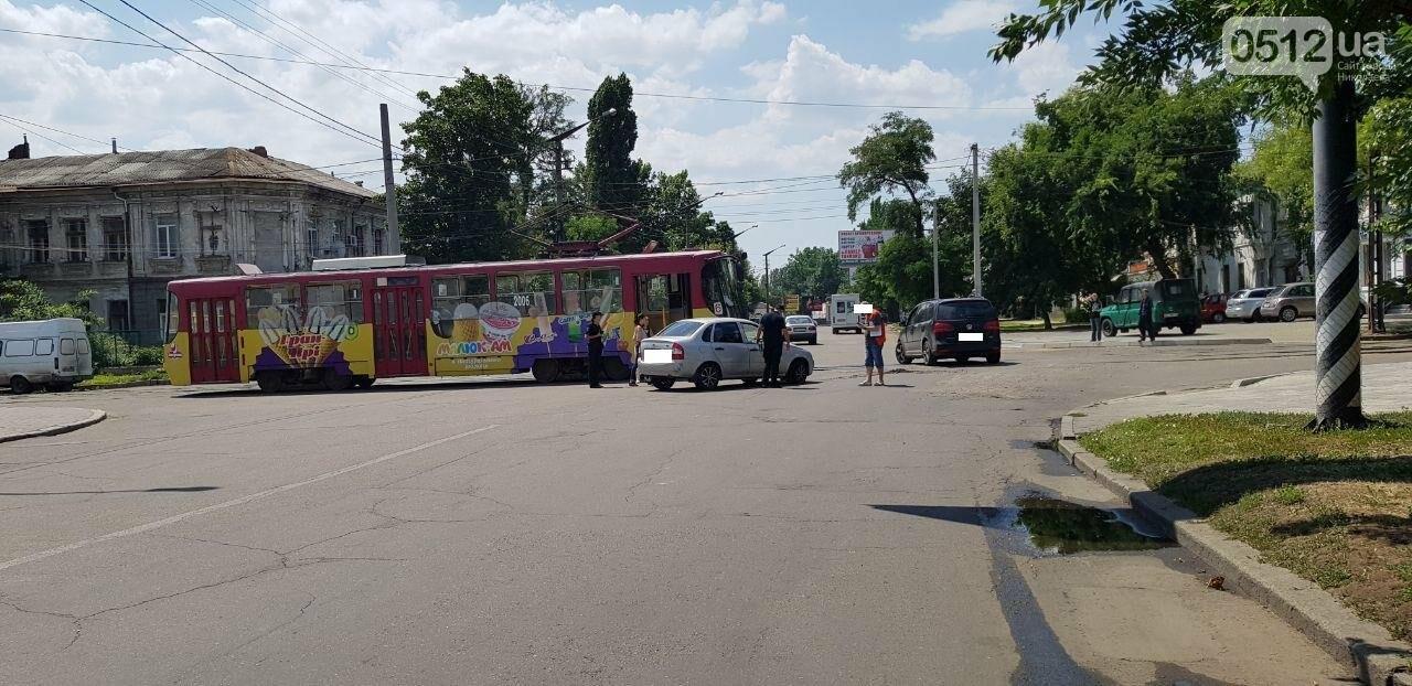 В Николаеве столкнулись легковушка и трамвай, - ФОТО, ВИДЕО , фото-3