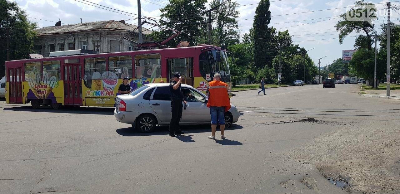 В Николаеве столкнулись легковушка и трамвай, - ФОТО, ВИДЕО , фото-6