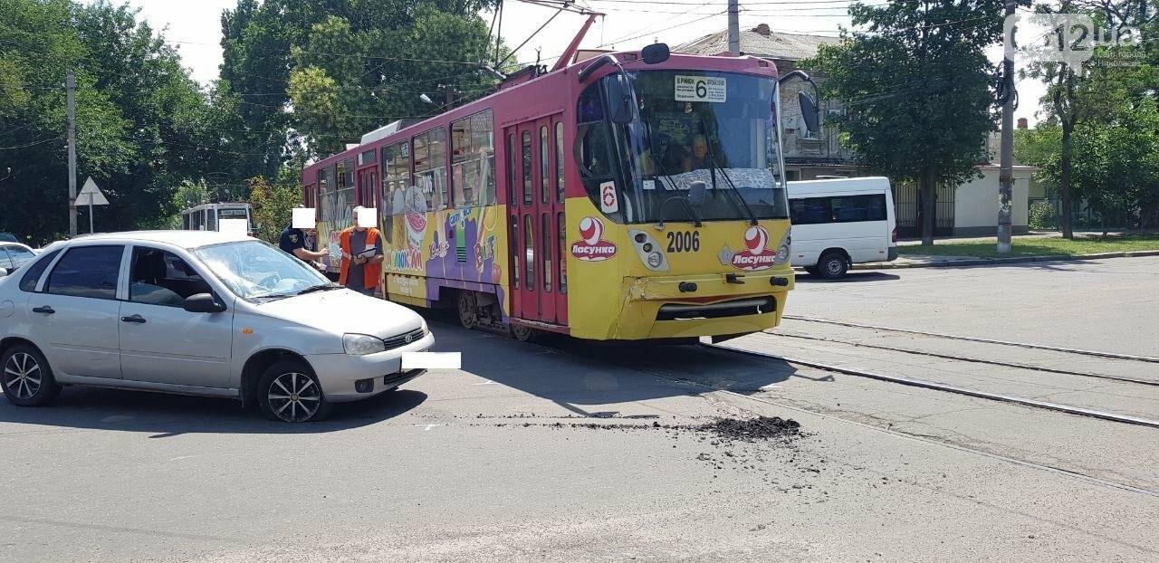 В Николаеве столкнулись легковушка и трамвай, - ФОТО, ВИДЕО , фото-4