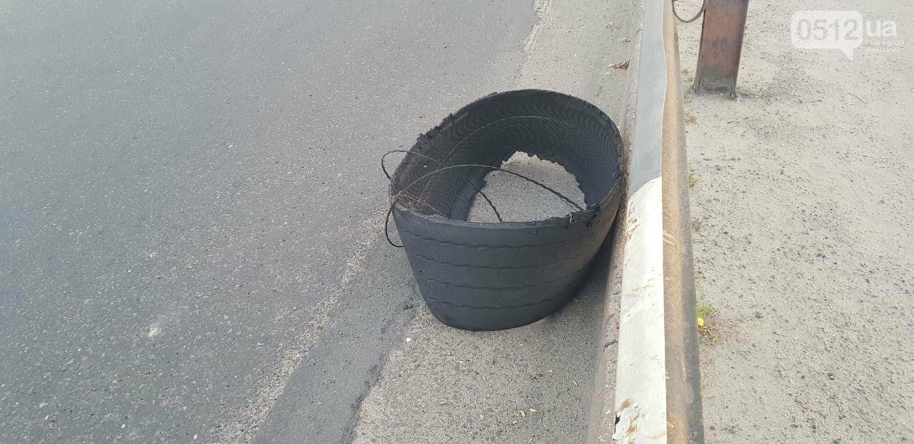 В Николаеве на Ингульском мосту фура потеряла колесо, - ФОТО, ВИДЕО, фото-1