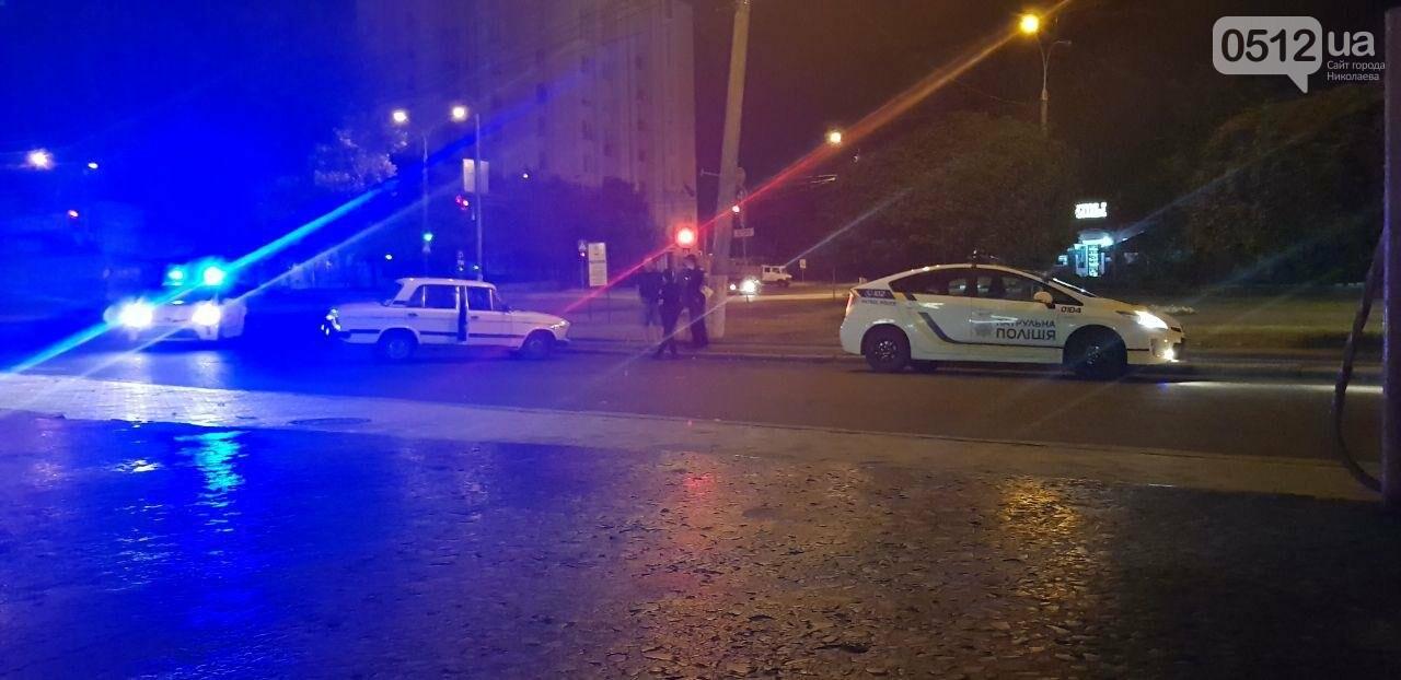 Ночью в Николаеве ВАЗ влетел в бордюр и перекрыл движение, - ФОТО, ВИДЕО, фото-1