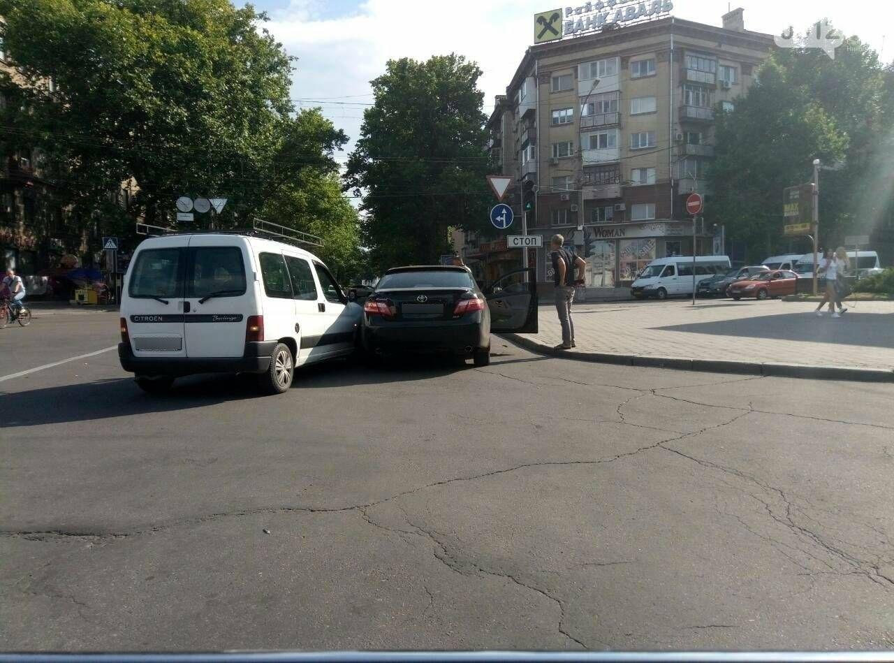 В центре Николаева две иномарки не поделили дорогу, - ФОТО, фото-3