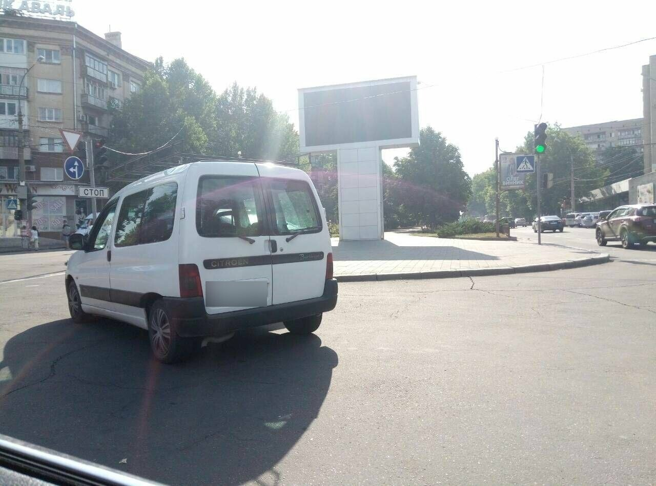 В центре Николаева две иномарки не поделили дорогу, - ФОТО, фото-2