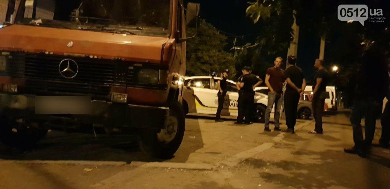 Мститель в гипсе: в Николаеве мужчина подставился под автомобиль, который, по его мнению, мешал проезду трамвая, - ФОТО, фото-4