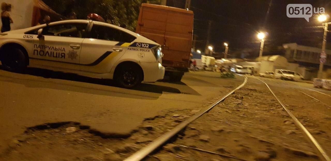 Мститель в гипсе: в Николаеве мужчина подставился под автомобиль, который, по его мнению, мешал проезду трамвая, - ФОТО, фото-3