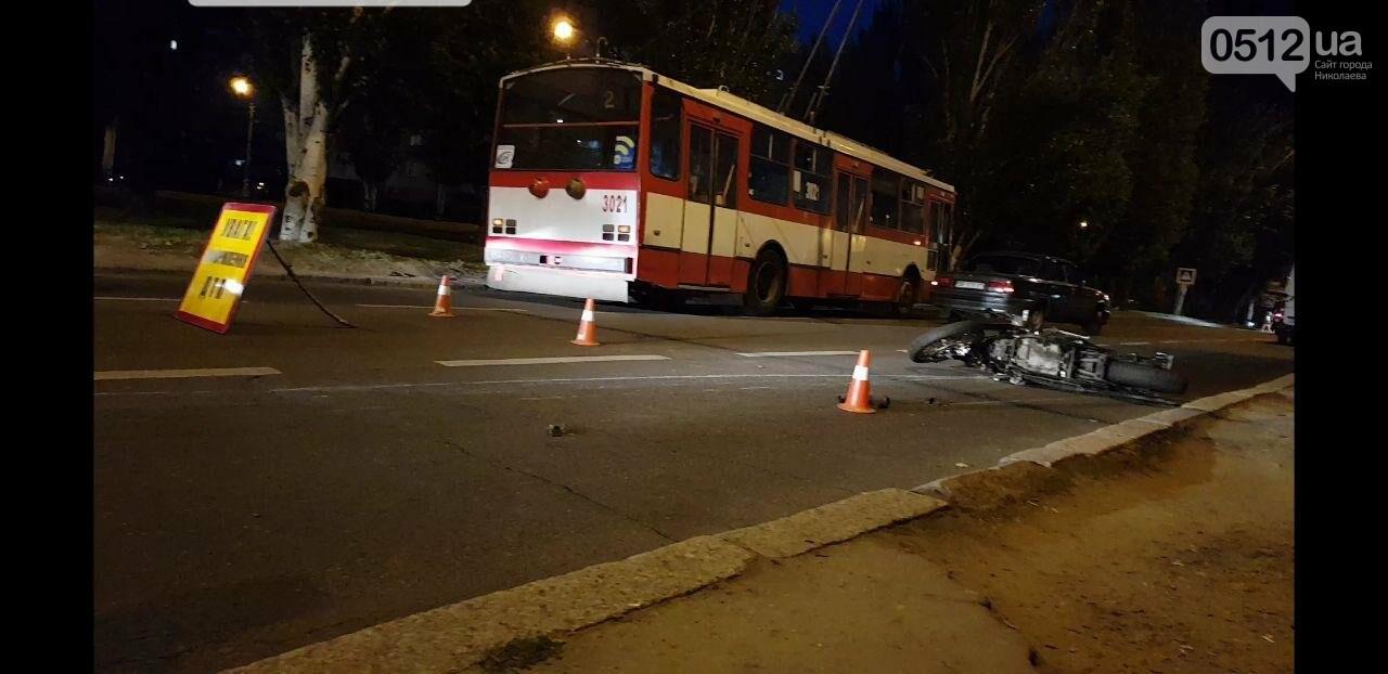 """В центре Николаева """"Волга"""" столкнулась с мотоциклом - есть пострадавшие, - ФОТО, ВИДЕО, фото-1"""
