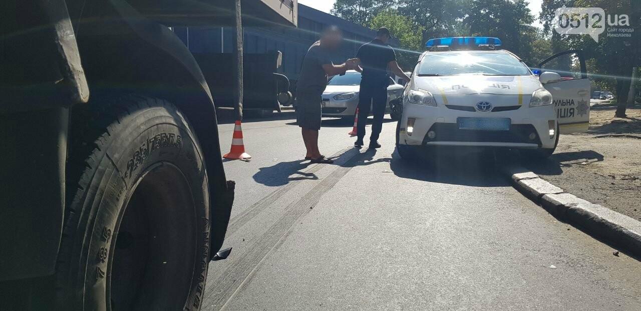 """В Николаеве """"грузовик"""" столкнулся с полицейским  автомобилем, - ФОТО, ВИДЕО, фото-3"""