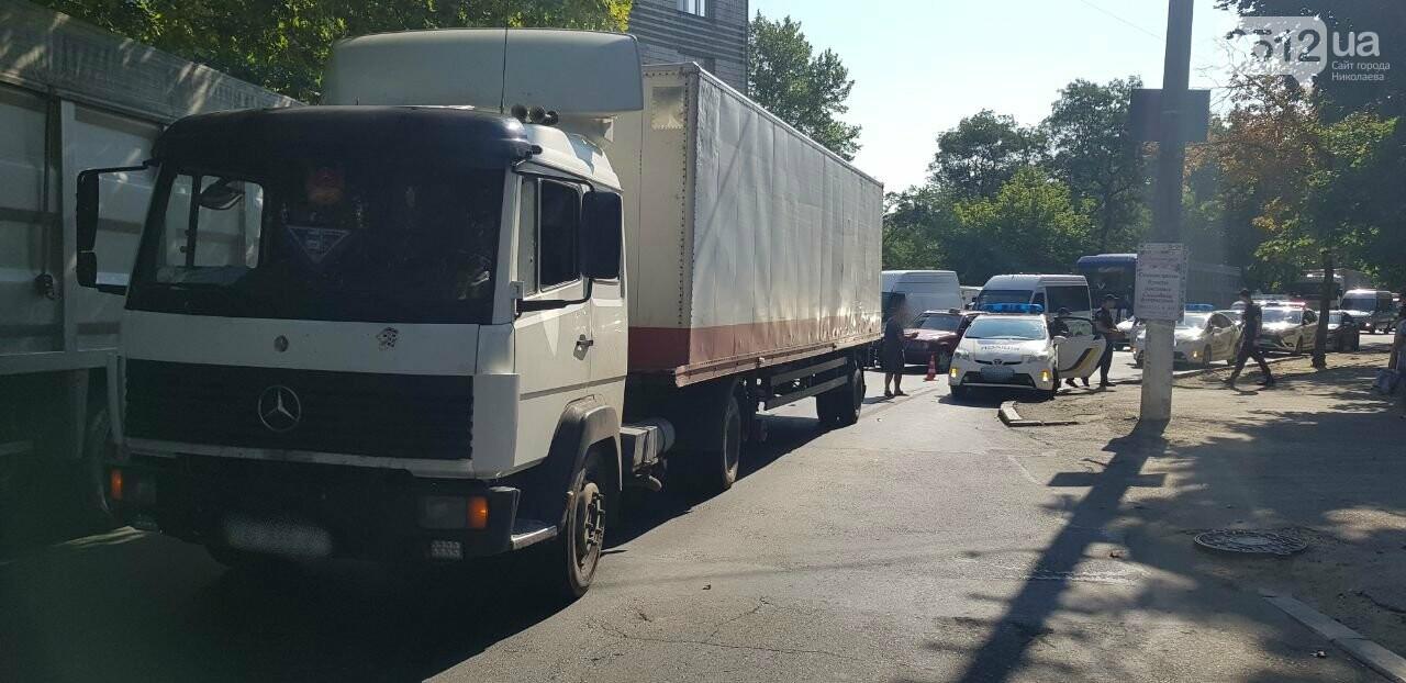 """В Николаеве """"грузовик"""" столкнулся с полицейским  автомобилем, - ФОТО, ВИДЕО, фото-4"""