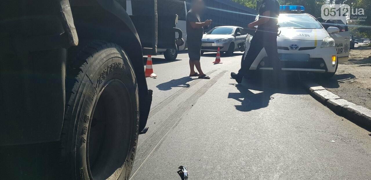 """В Николаеве """"грузовик"""" столкнулся с полицейским  автомобилем, - ФОТО, ВИДЕО, фото-5"""