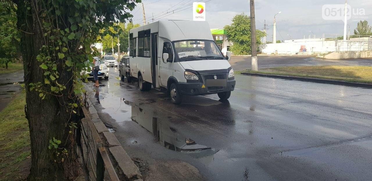 Аварийный ливень: в Николаеве в дождь произошло ДТП с участием маршрутки, - ФОТО, фото-4