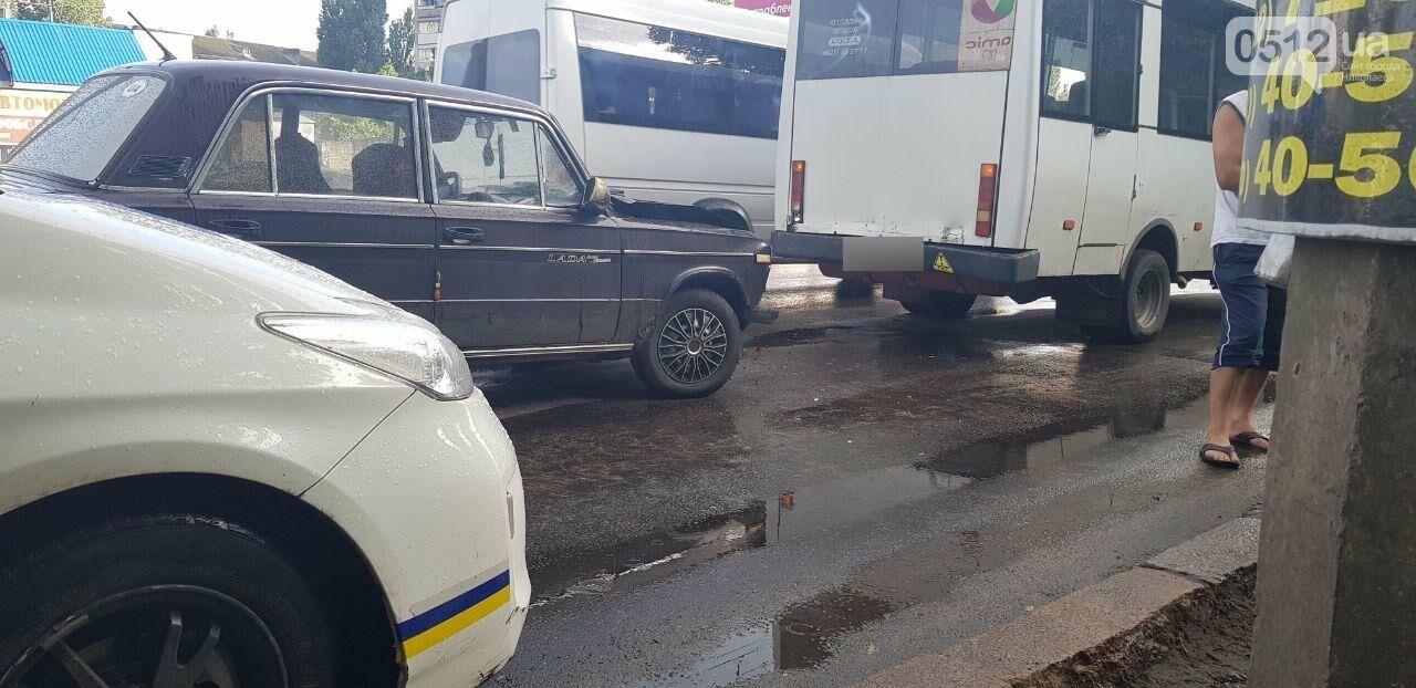 Аварийный ливень: в Николаеве в дождь произошло ДТП с участием маршрутки, - ФОТО, фото-5