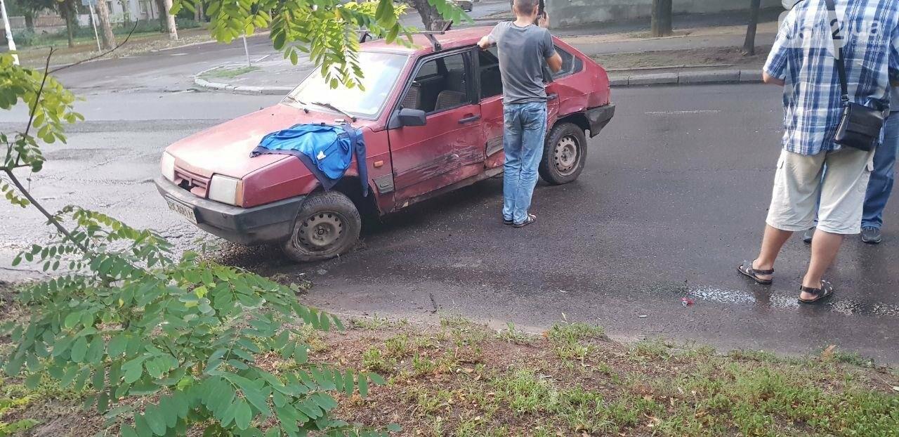В Николаеве из-за неработающего светофора и ограниченной видимости иномарка протаранила ВАЗ: в одном из автомобилей находился ребенок, - ФО..., фото-2