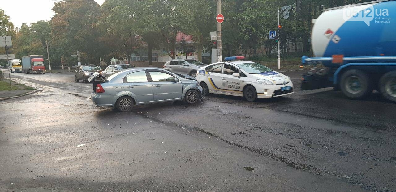 В Николаеве из-за неработающего светофора и ограниченной видимости иномарка протаранила ВАЗ: в одном из автомобилей находился ребенок, - ФО..., фото-3
