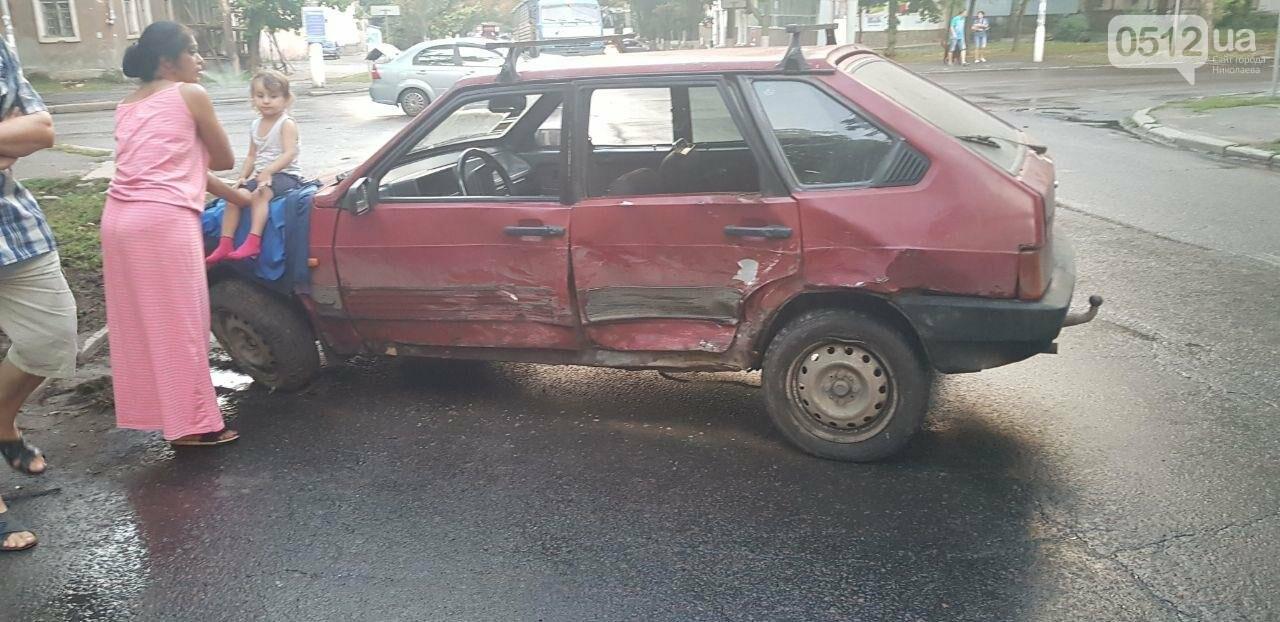В Николаеве из-за неработающего светофора и ограниченной видимости иномарка протаранила ВАЗ: в одном из автомобилей находился ребенок, - ФО..., фото-4