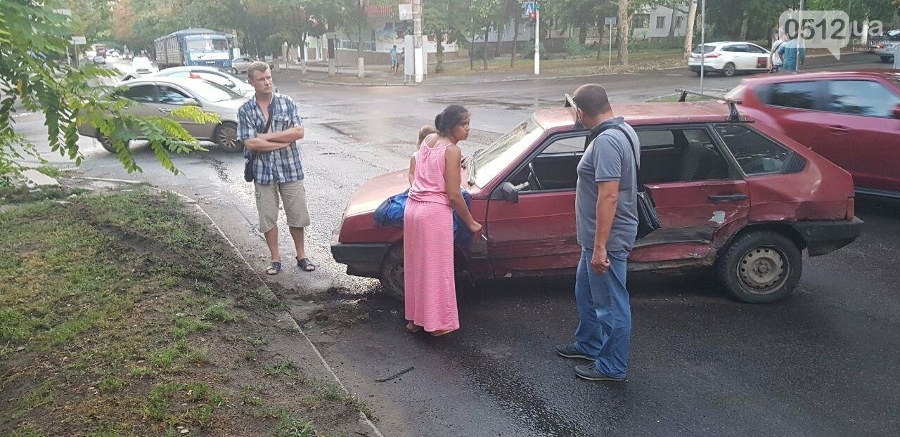 В Николаеве из-за неработающего светофора и ограниченной видимости иномарка протаранила ВАЗ: в одном из автомобилей находился ребенок, - ФО..., фото-5