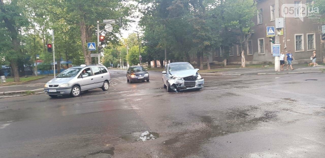 В Николаеве из-за неработающего светофора и ограниченной видимости иномарка протаранила ВАЗ: в одном из автомобилей находился ребенок, - ФО..., фото-7