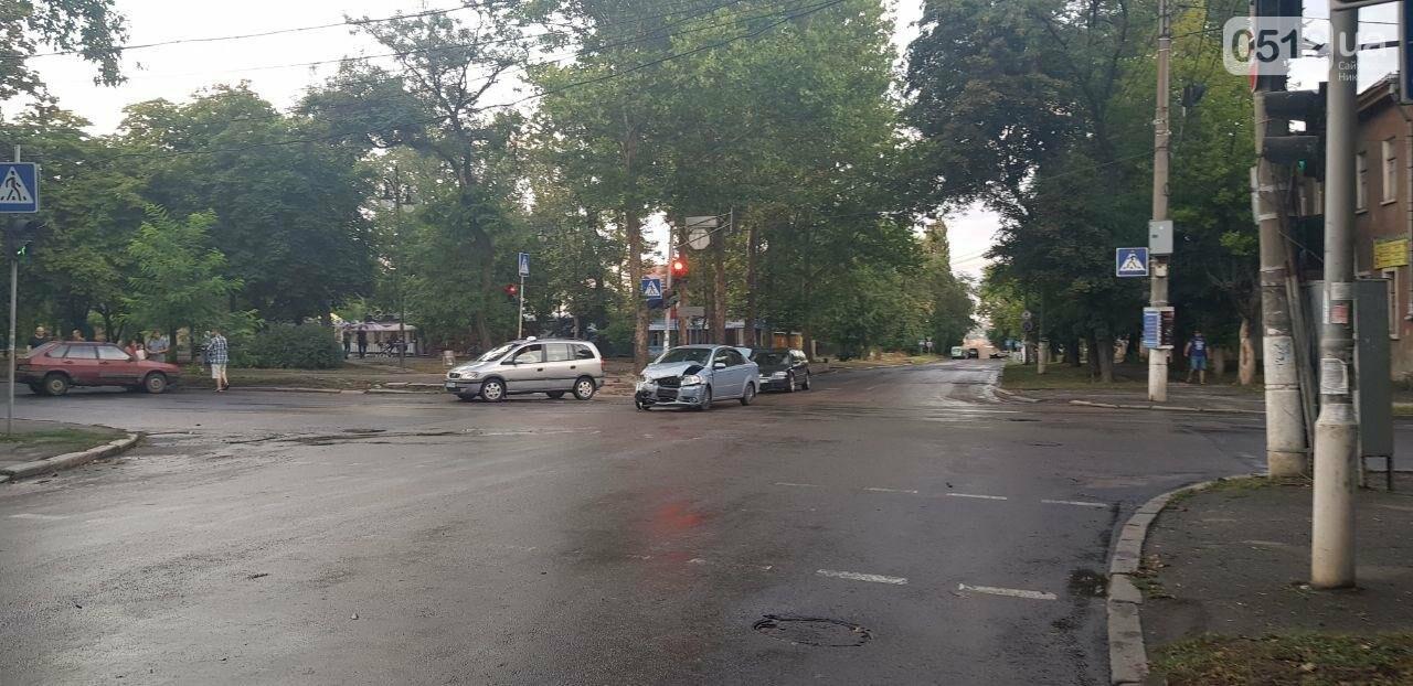 В Николаеве из-за неработающего светофора и ограниченной видимости иномарка протаранила ВАЗ: в одном из автомобилей находился ребенок, - ФО..., фото-9