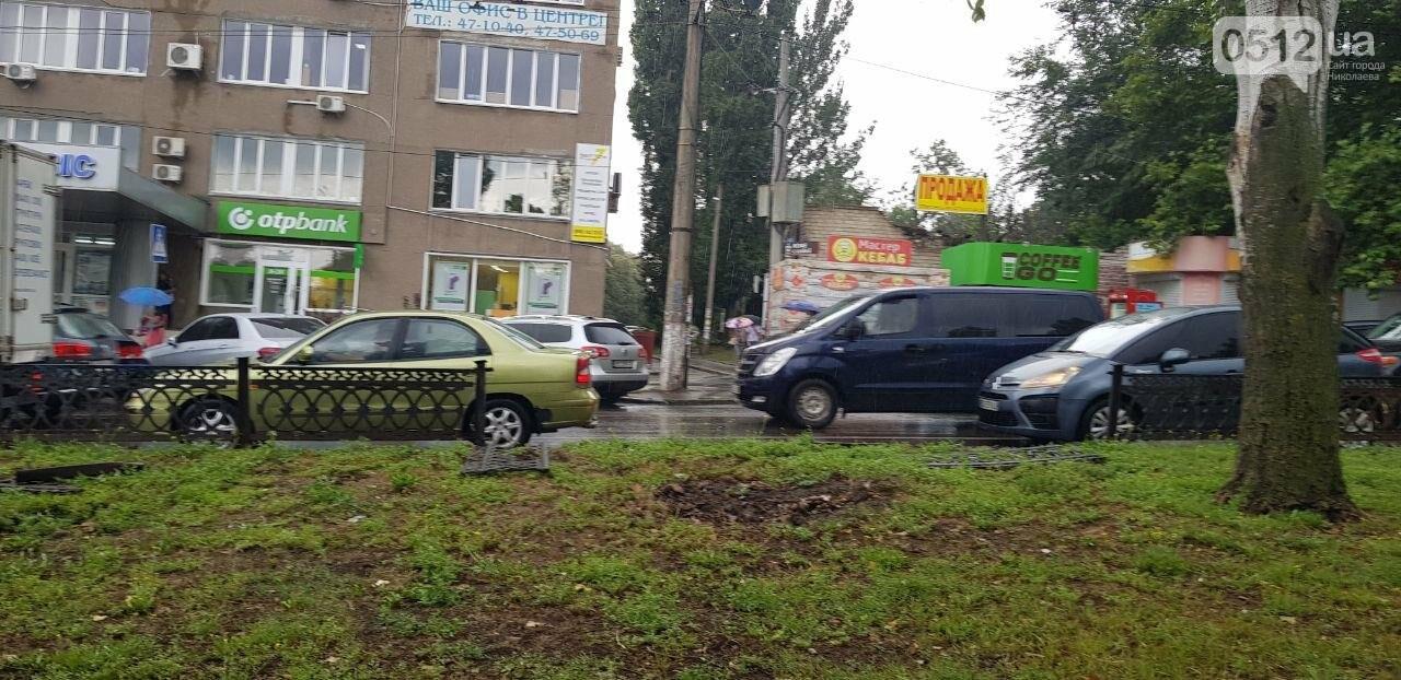 В Николаеве ВАЗ снёс ограждение и вылетел на газон, - ФОТО, ВИДЕО, фото-1