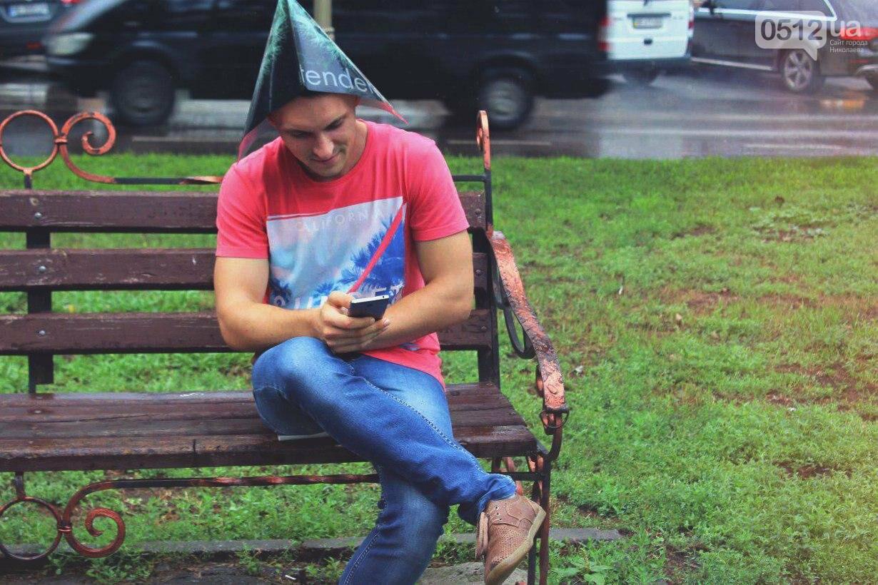 Возможно, вы любите дождь и не против посидеть под ним, а зонтик держать не так удобно, то воспользуйтесь обычной папкой, которая, как пилотка, будет ограждать вашу голову от капель