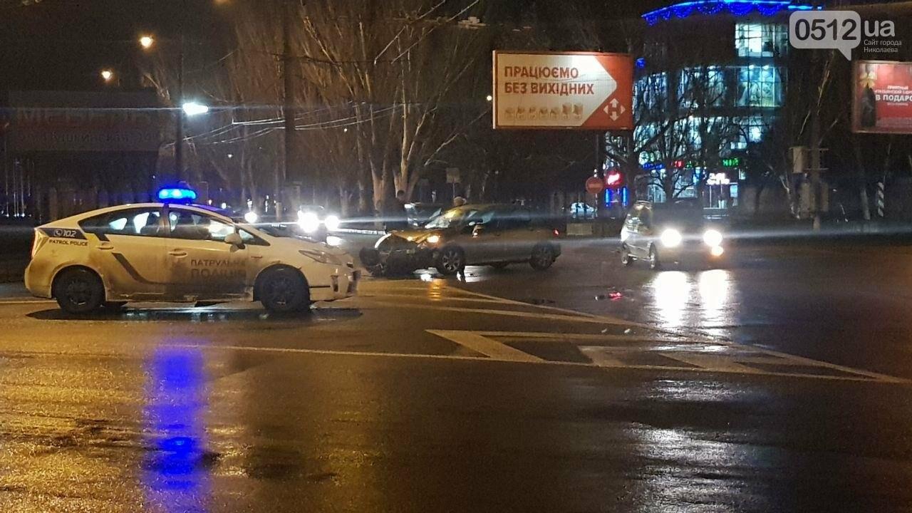 """В центре Николаева столкнулись маршрутка и """"Пежо"""", - ФОТО, фото-1"""