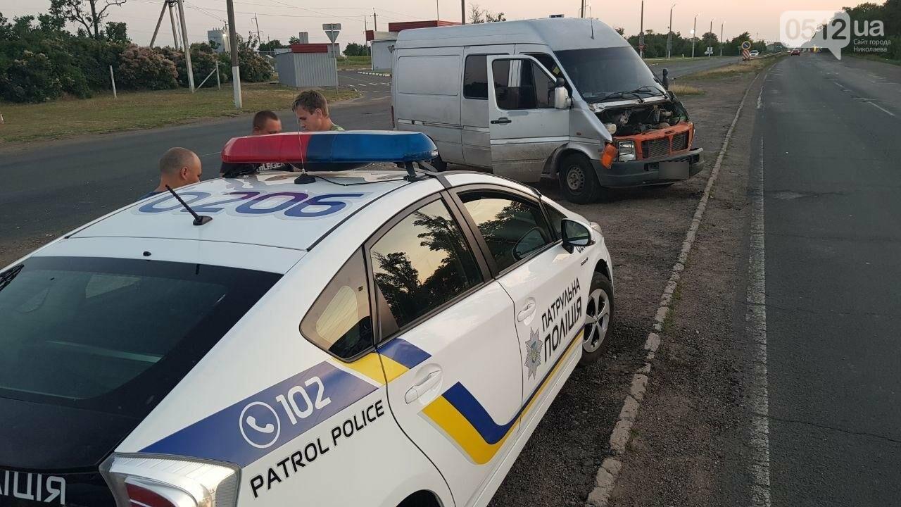 На въезде в Николаев микроавтобус врезался в ВАЗ - есть пострадавшие, - ФОТО, ВИДЕО, фото-1