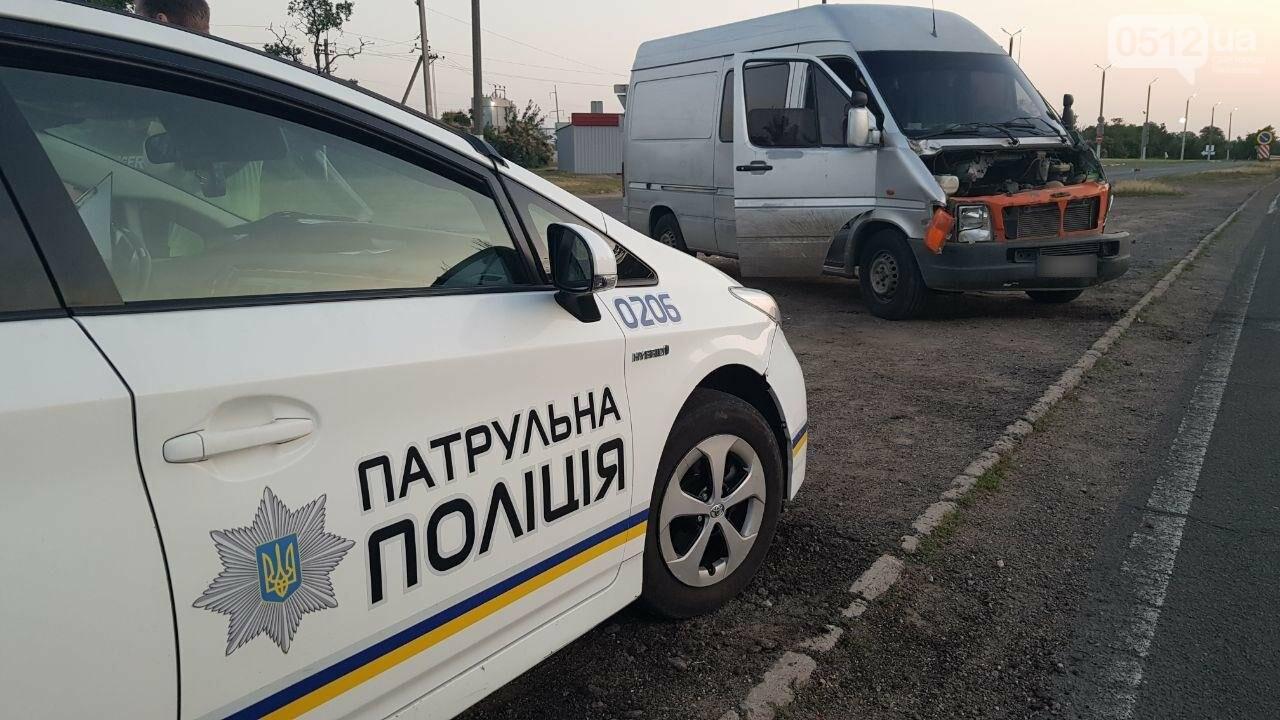 На въезде в Николаев микроавтобус врезался в ВАЗ - есть пострадавшие, - ФОТО, ВИДЕО, фото-2