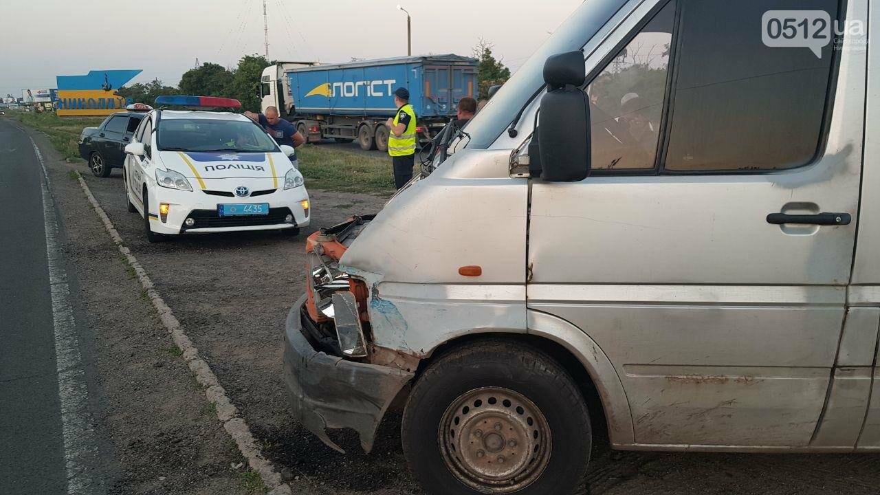 На въезде в Николаев микроавтобус врезался в ВАЗ - есть пострадавшие, - ФОТО, ВИДЕО, фото-11