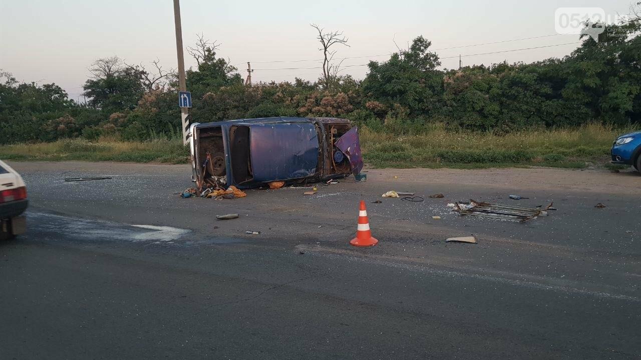 На въезде в Николаев микроавтобус врезался в ВАЗ - есть пострадавшие, - ФОТО, ВИДЕО, фото-16