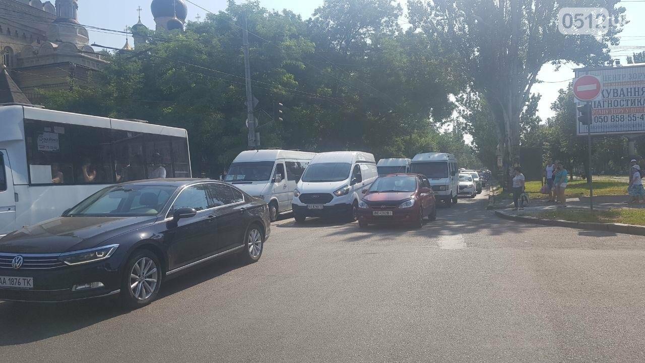 В центре Николаева столкнулись два автомобиля - образовалась огромная пробка, - ФОТО, фото-5