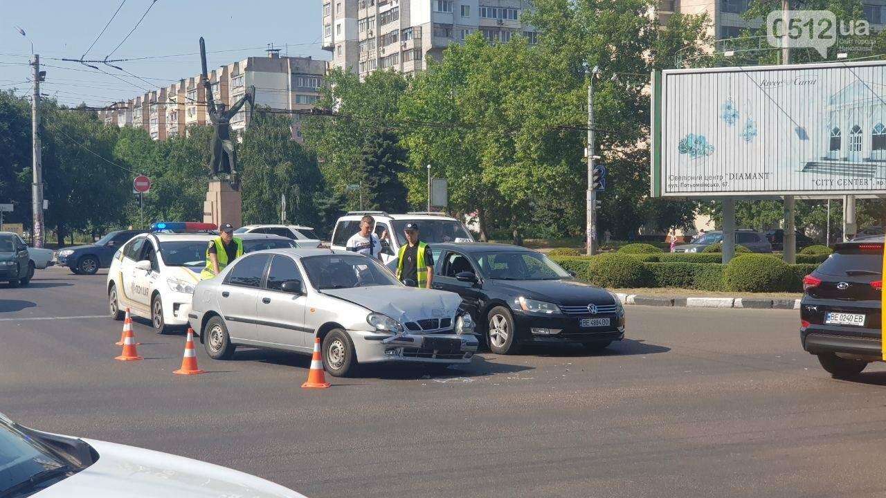 В центре Николаева столкнулись два автомобиля - образовалась огромная пробка, - ФОТО, фото-6