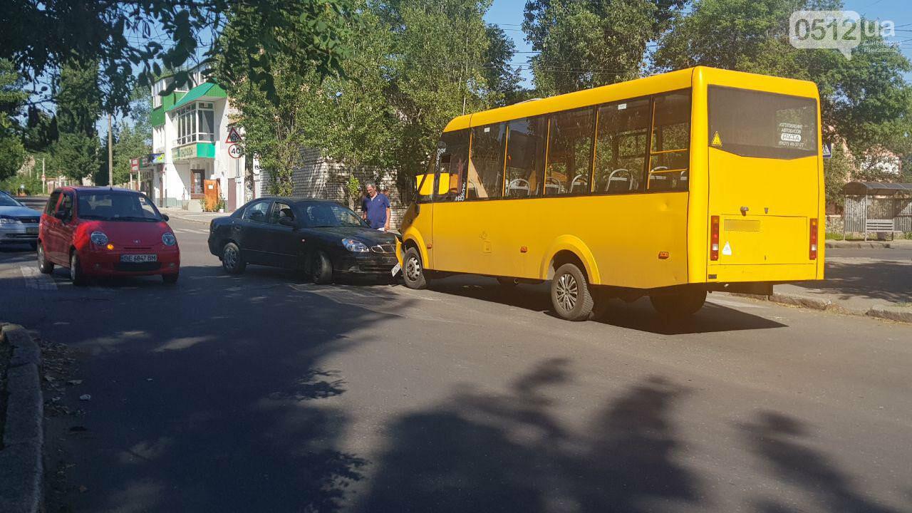 В Николаеве в лобовую столкнулись Daewoo и маршрутка, - ФОТО, ВИДЕО, фото-1