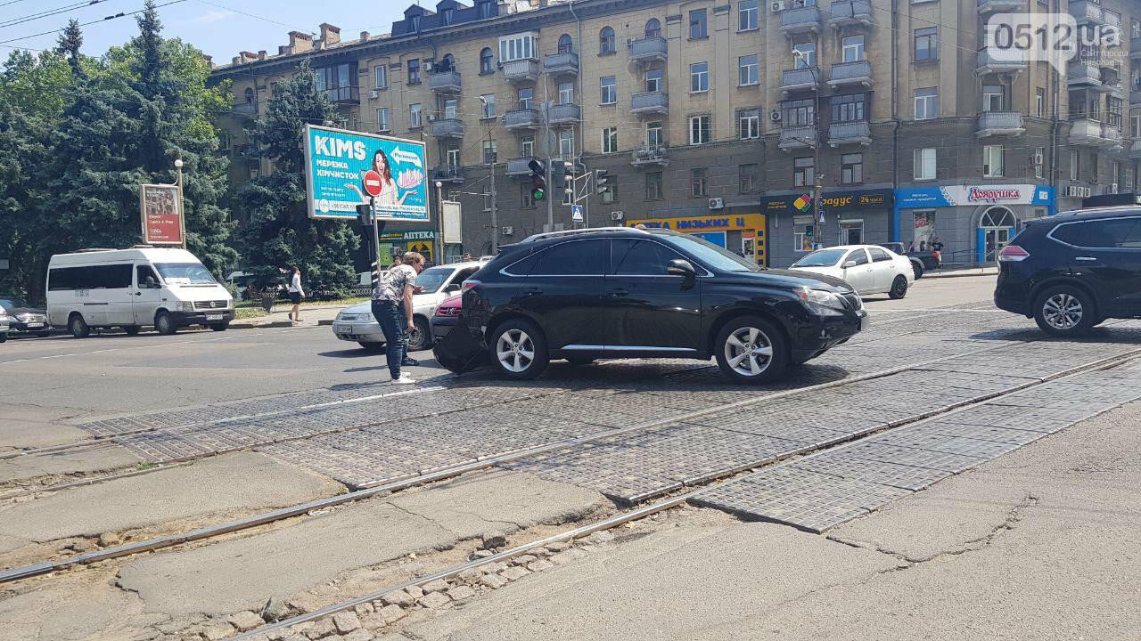 В Николаеве на Декабристов столкнулись две иномарки - образовалась пробка, проезд трамваев заблокирован, - ФОТО, ВИДЕО, фото-3