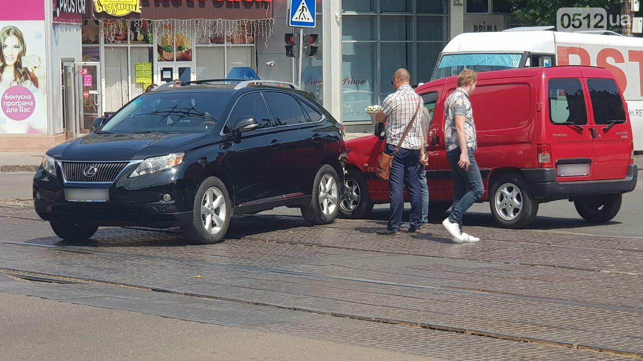 В Николаеве на Декабристов столкнулись две иномарки - образовалась пробка, проезд трамваев заблокирован, - ФОТО, ВИДЕО, фото-8