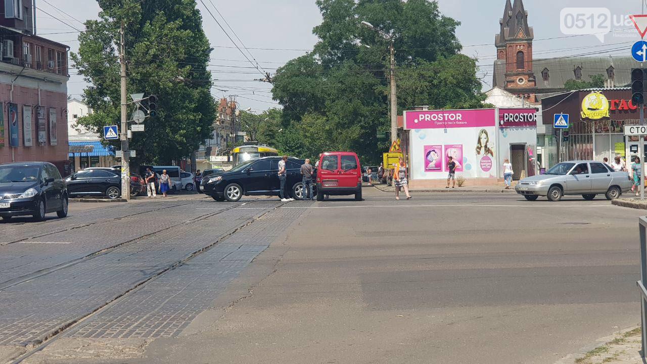 В Николаеве на Декабристов столкнулись две иномарки - образовалась пробка, проезд трамваев заблокирован, - ФОТО, ВИДЕО, фото-6