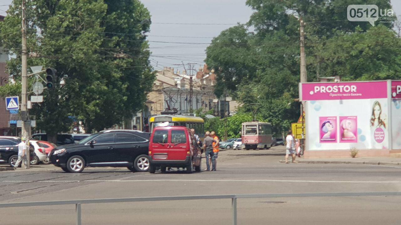 В Николаеве на Декабристов столкнулись две иномарки - образовалась пробка, проезд трамваев заблокирован, - ФОТО, ВИДЕО, фото-4