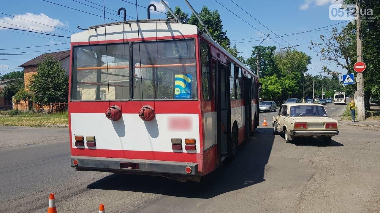 В центре Николаева столкнулись ВАЗ и троллейбус, - ФОТО, ВИДЕО, фото-1